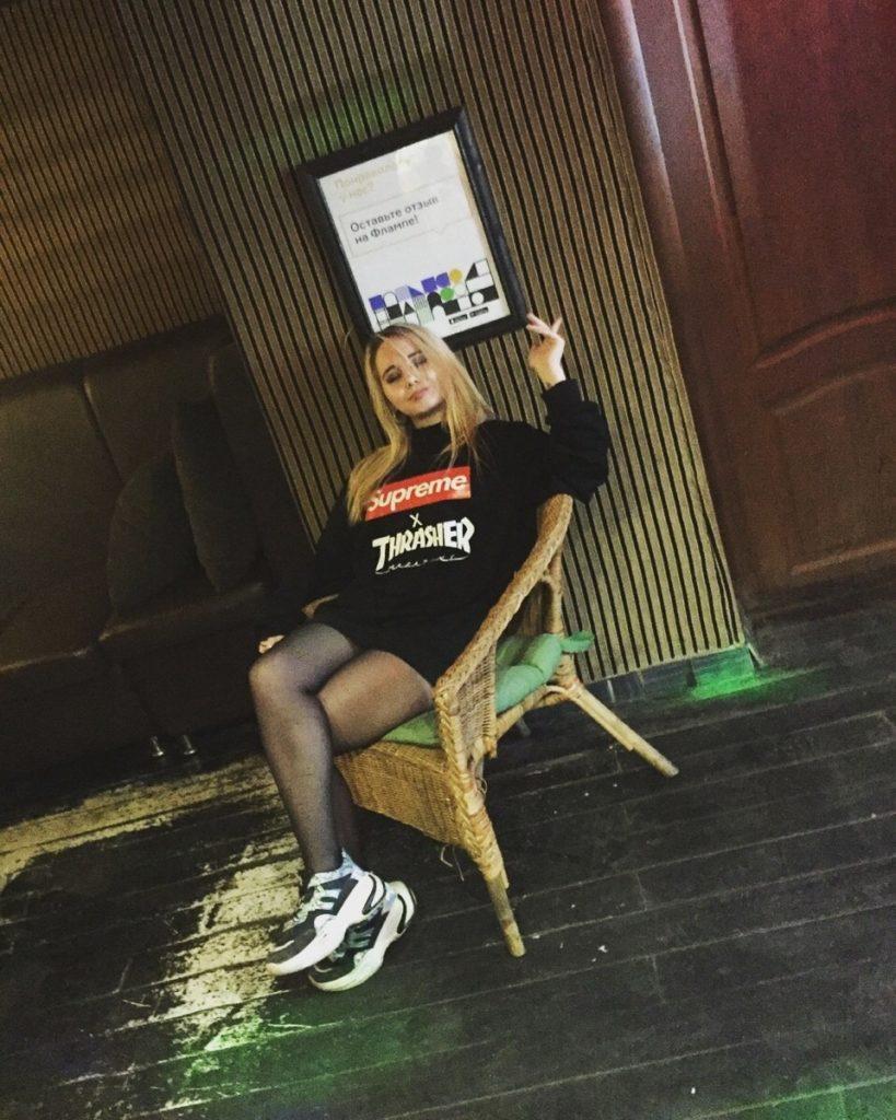 Суперская блондинка сидит в кресле и ждет отрыва
