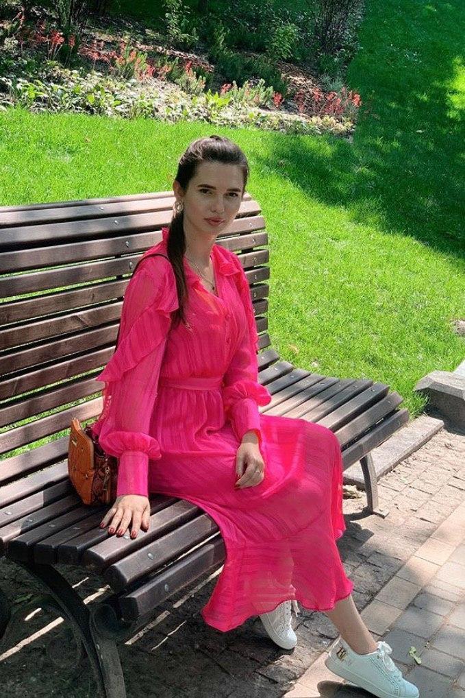Эротичная мадам в розовом платьице